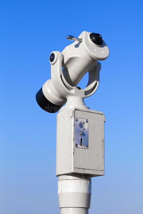 Telescopio turistico pagato bianco sul fondo del cielo fotografia stock libera da diritti