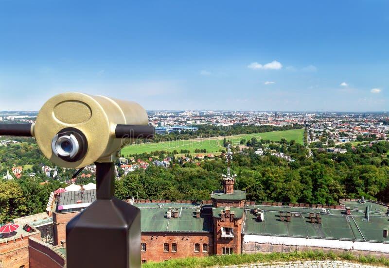 Telescopio turistico per paesaggio che esplora a Cracovia poland fotografia stock