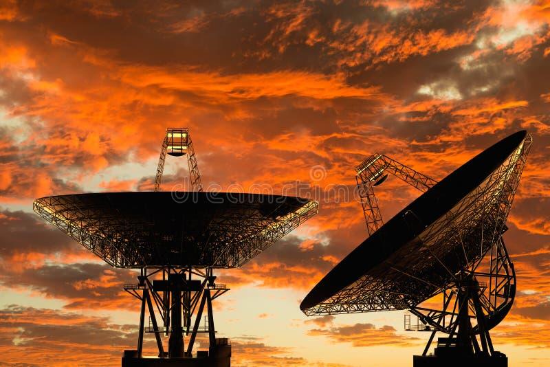 Telescopios de radio en la puesta del sol imagen de archivo