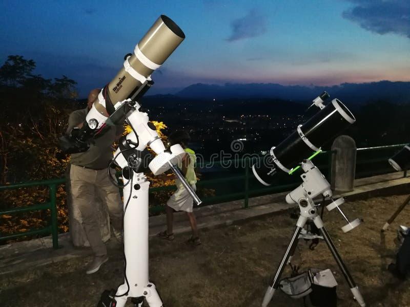 Telescopios en los jardines fotos de archivo