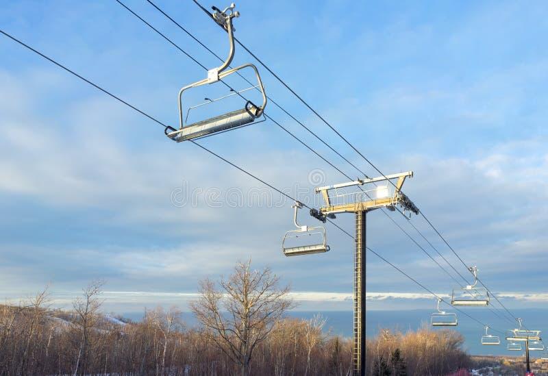 Telesilla de la colina del esquí en una tarde soleada del invierno imagen de archivo libre de regalías