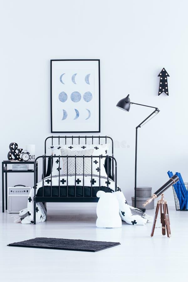 Teleskop i inre för sovrum för unge` s royaltyfri bild