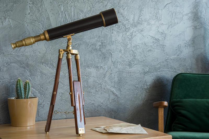 Teleskop på tabellen royaltyfri foto
