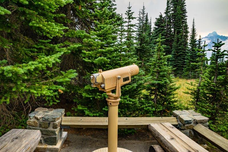 Teleskop som pekar till bergsikten royaltyfri fotografi