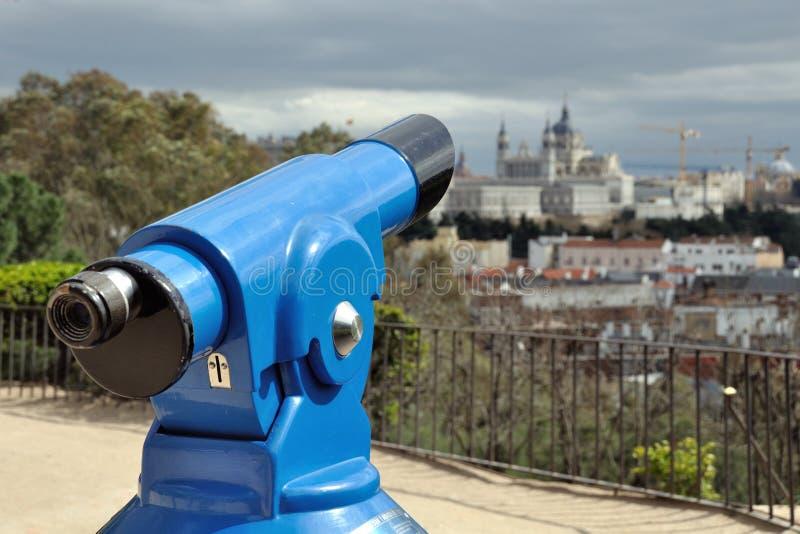 Telesope με τον καθεδρικό ναό Almudena στη Μαδρίτη στοκ φωτογραφία με δικαίωμα ελεύθερης χρήσης
