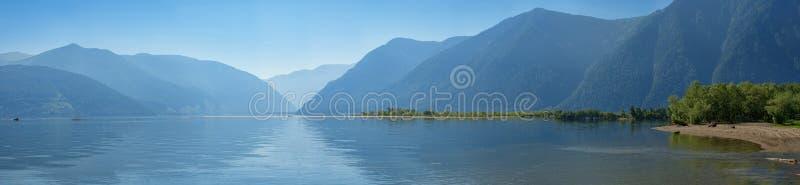 Teletskoe jeziora gładka woda i góry rezerwa zdjęcie stock