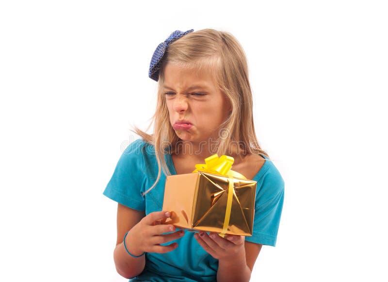 Teleurgesteld jong geitje met gift stock foto's