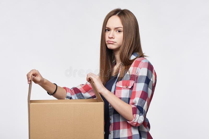 Teleurgesteld meisje die een doos openen royalty-vrije stock foto