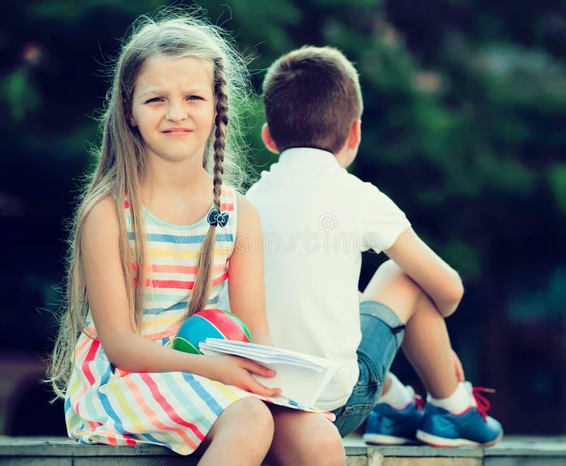 Teleurgesteld meisje in het hebben van probleem met vriend in openlucht in park stock afbeelding
