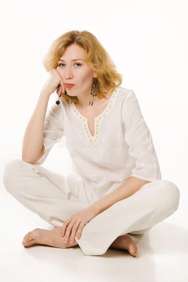 Teleurgestelde blootvoetse blonde over wit royalty-vrije stock fotografie