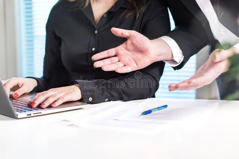 Teleurgestelde of boze werkgever die bij werknemer schreeuwen stock foto