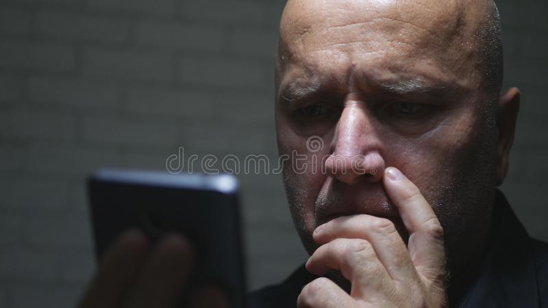 Teleurgestelde Businessperson Reading Bad News E-mail Gebruikend Cellphone-Netwerk royalty-vrije stock fotografie