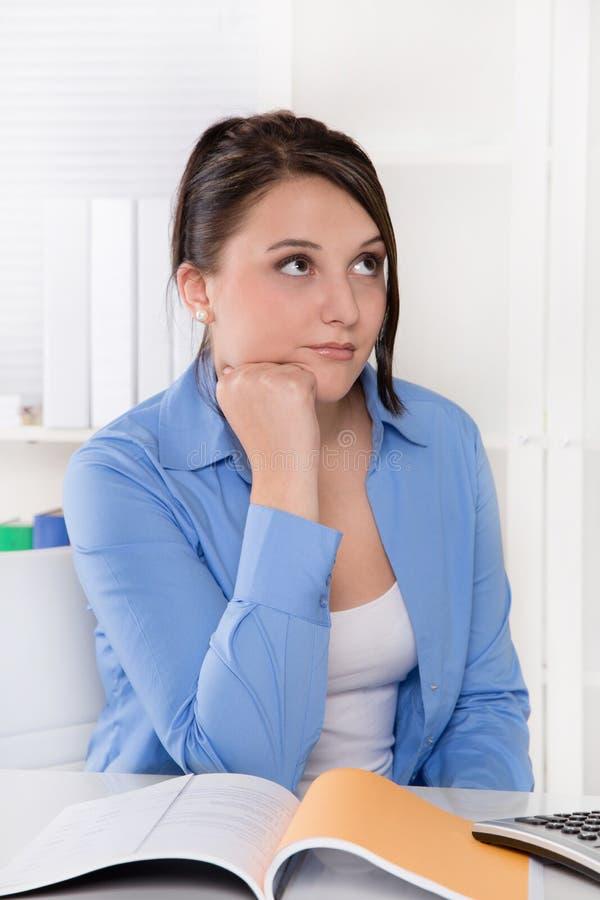 Teleurgestelde, droevige en overwerkte jonge vrouw bij bureau. royalty-vrije stock foto