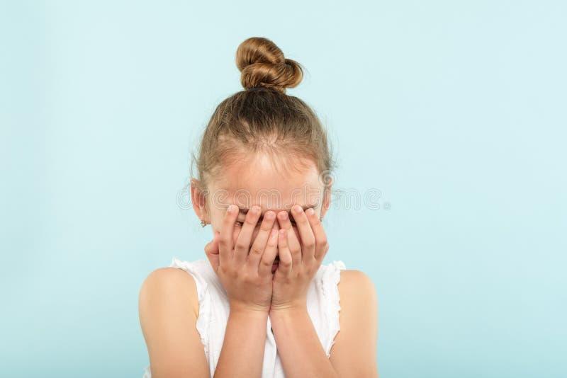 Teleurgestelde droevige schreeuwende gekwetste het gezichtshanden van de meisjesdekking stock afbeelding