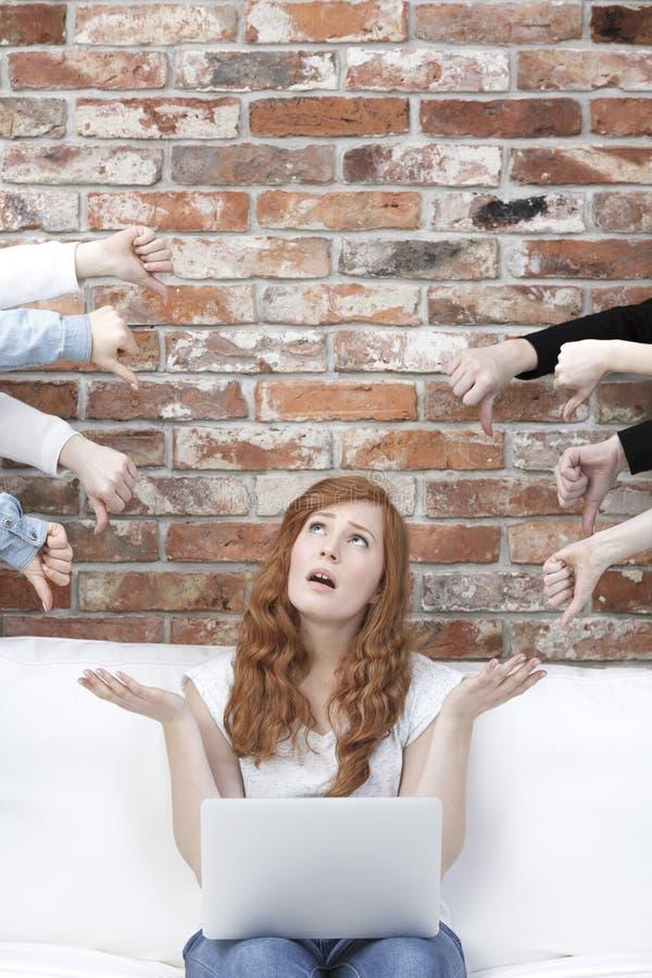 Teleurgestelde meisjeszitting op bank royalty-vrije stock foto's