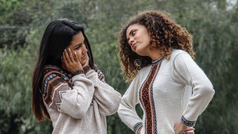 Teleurgestelde Verstoorde Tiener Spaanse Meisjes stock foto
