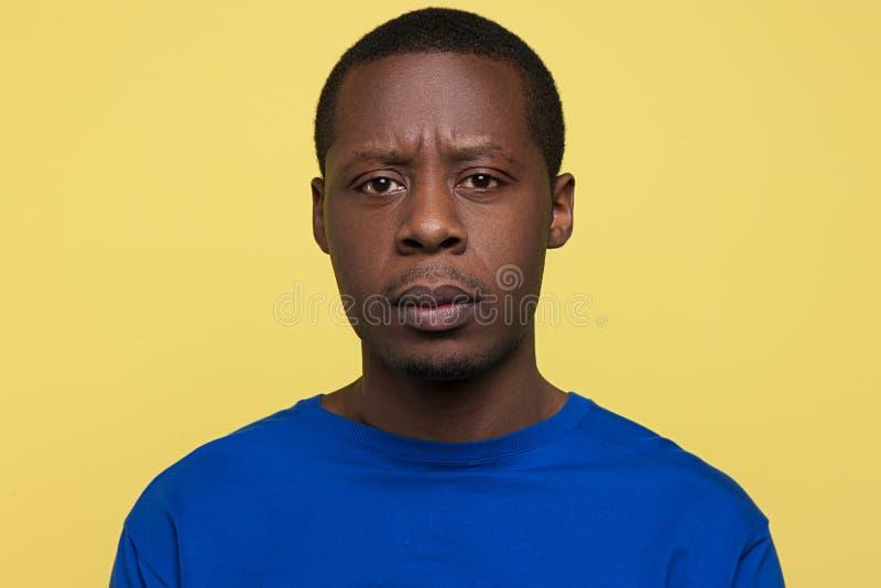 Teleurstellingsuitdrukking Ongelukkig zwart mannetje stock foto