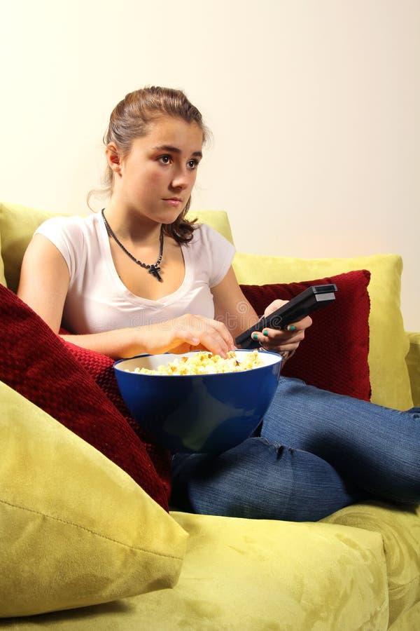 Televisão de observação adolescente fotografia de stock royalty free