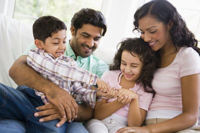 Televisão de observação da família do Oriente Médio fotografia de stock royalty free