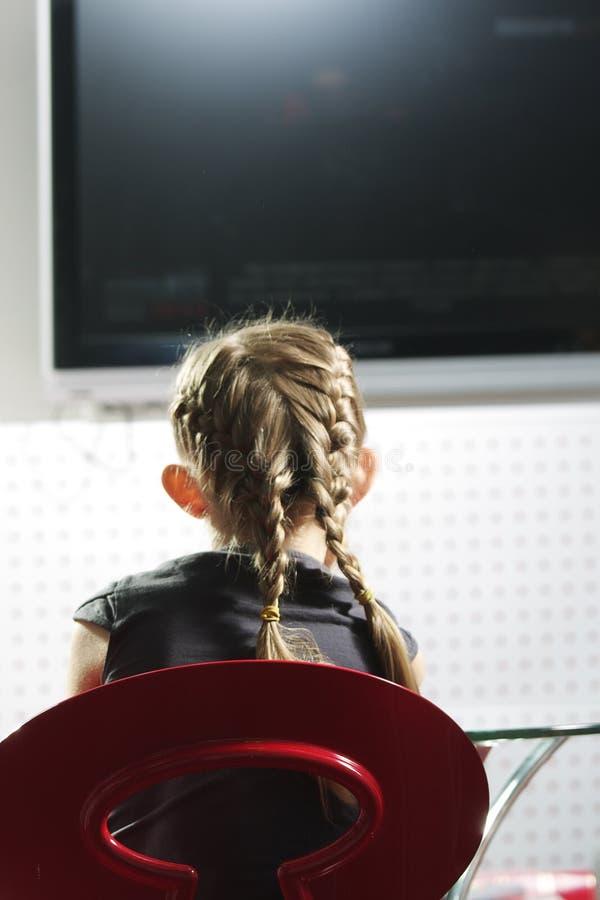 Televisão de observação da menina foto de stock royalty free