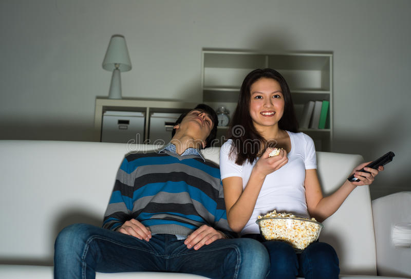 Televisão de observação da mulher em casa foto de stock royalty free