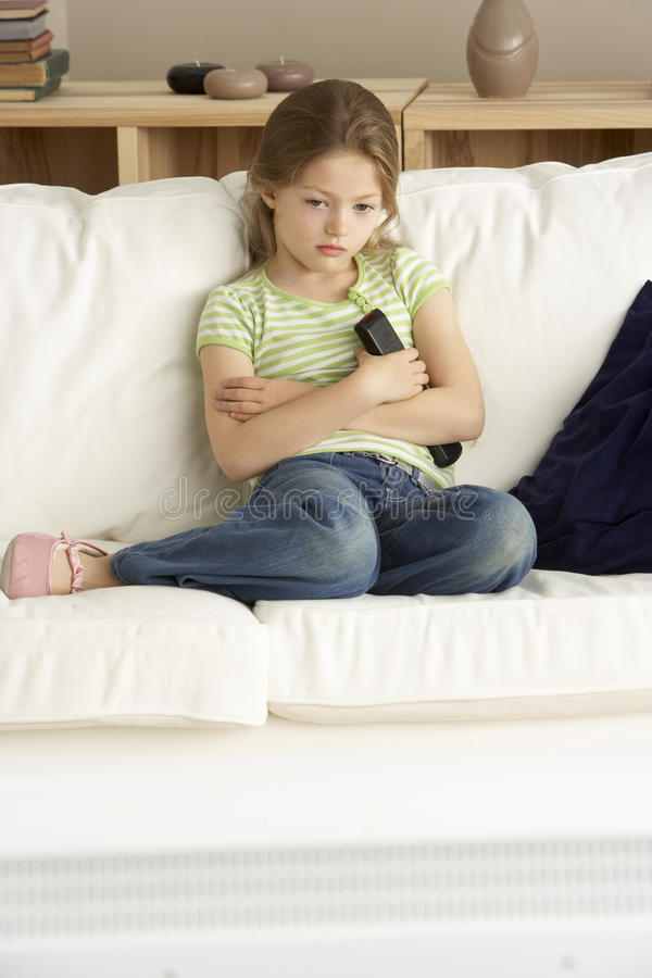 Televisão de observação da rapariga em casa imagens de stock