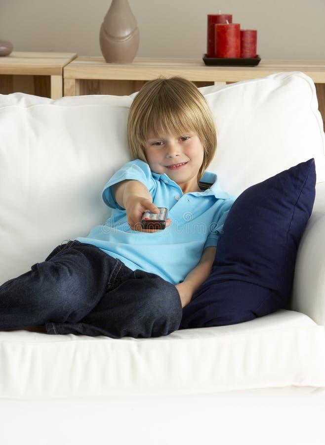 Televisão de observação do menino novo em casa imagem de stock royalty free