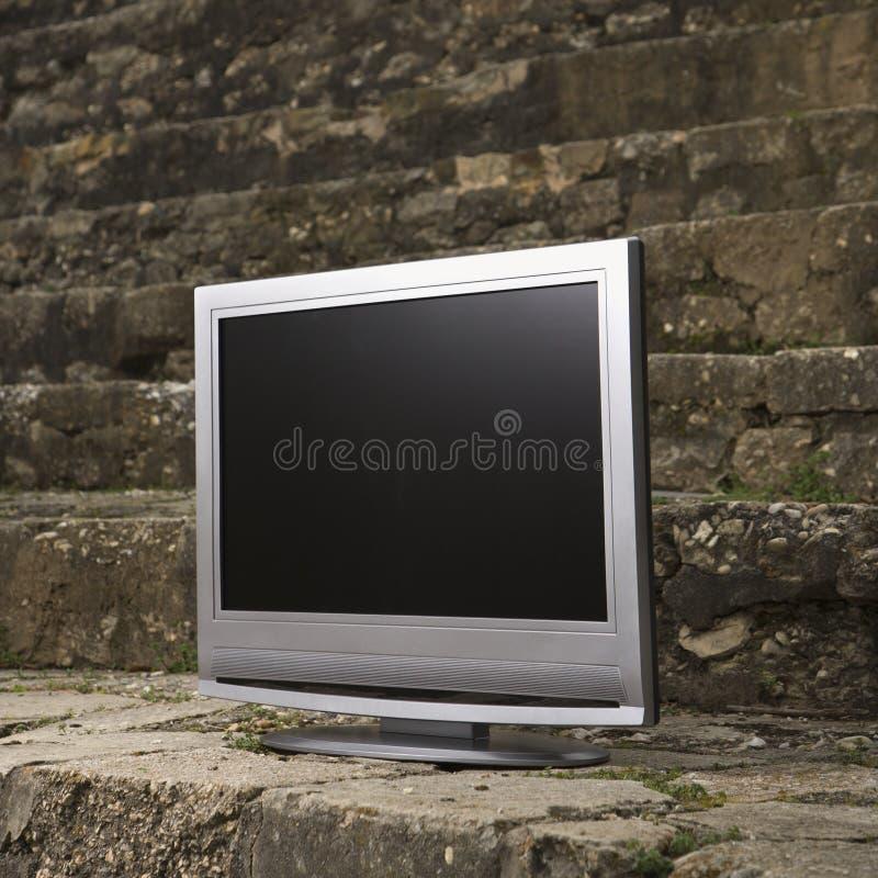 Televisão pela parede de tijolo. fotografia de stock royalty free