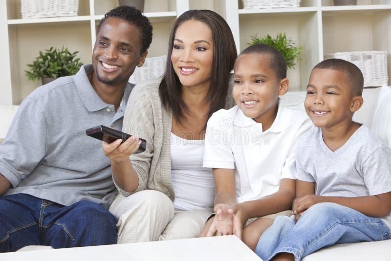 Televisión de observación de la familia del afroamericano foto de archivo