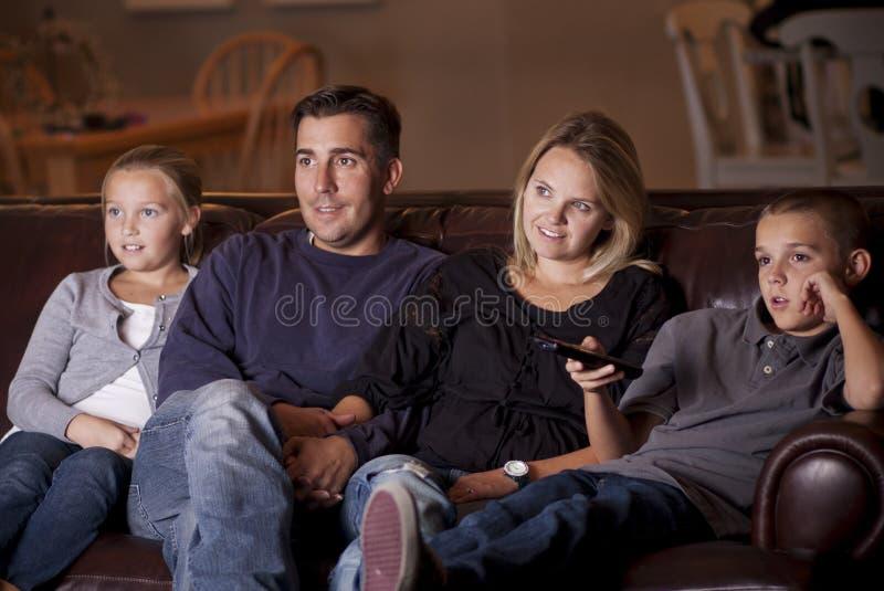 Televisión de observación de la familia junto fotografía de archivo