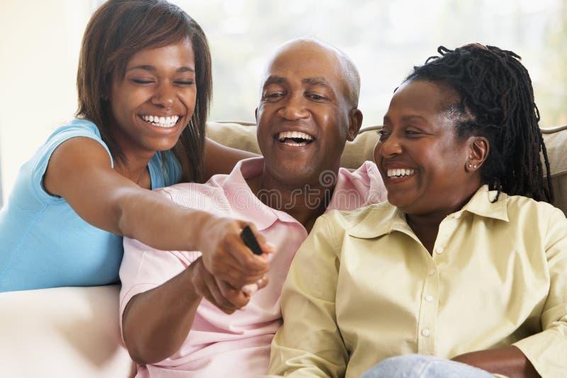 Televisión de observación de la familia junto fotografía de archivo libre de regalías