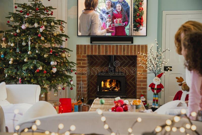 Televisión de observación de la Navidad fotos de archivo