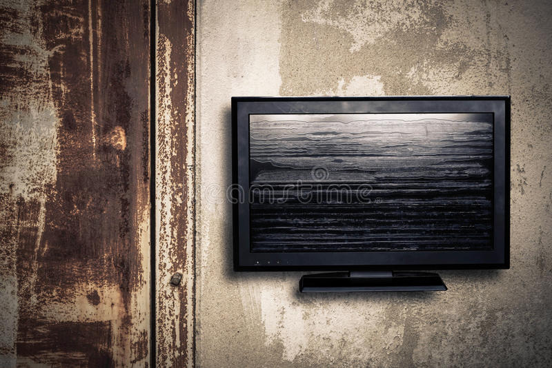Televisión en una pared imagen de archivo