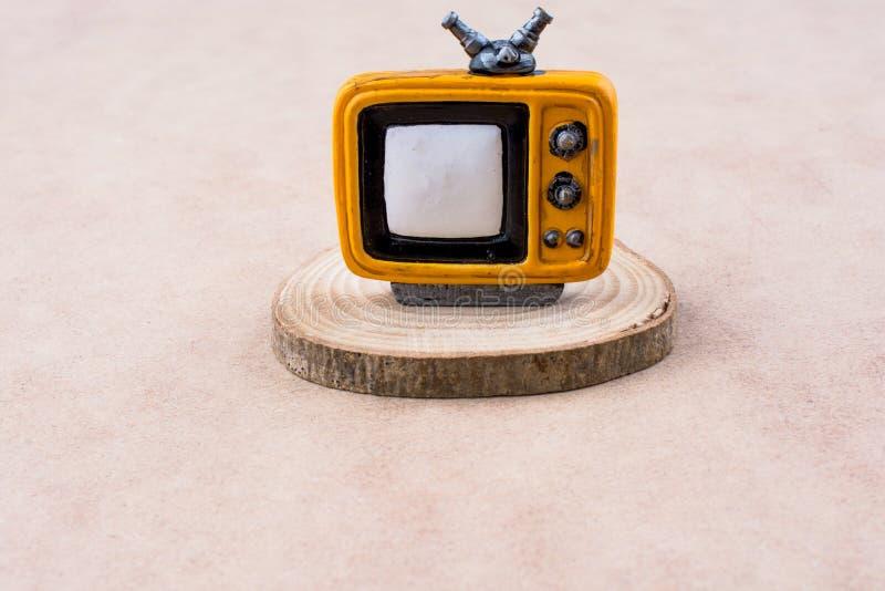 Televisie op een stuk van hout royalty-vrije stock afbeeldingen