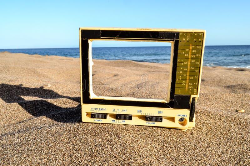 Televisie op het Zandstrand royalty-vrije stock afbeelding