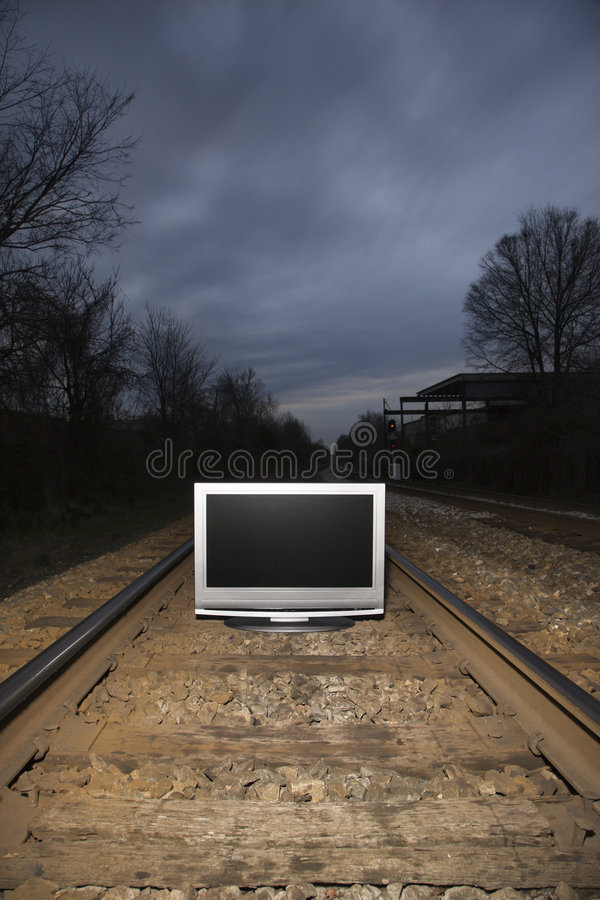 Televisie op treinsporen. stock afbeeldingen