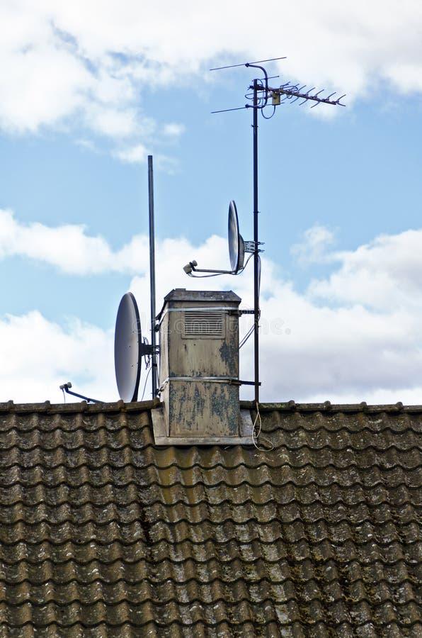 Televisieantenne en satellietschotels royalty-vrije stock afbeelding