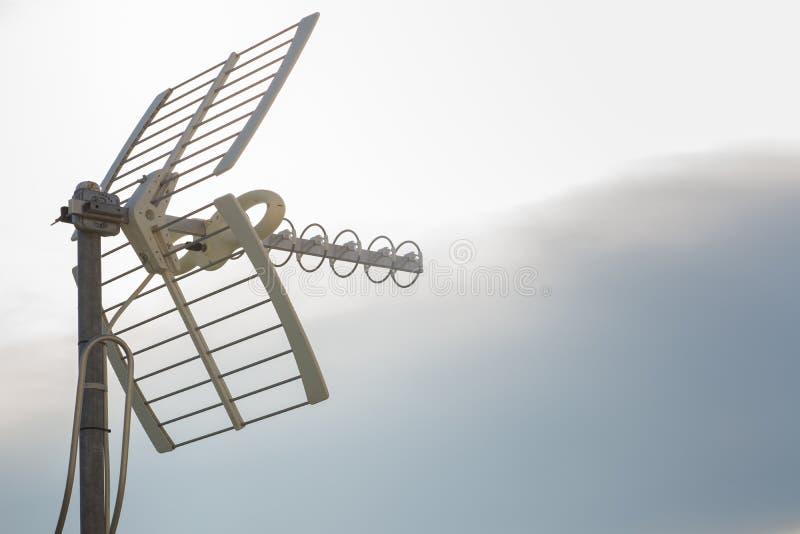 Televisieantennes met hemelachtergrond Analoge televisieantenne op dak Antennes voor digitale TV en radioontvangst stock foto's