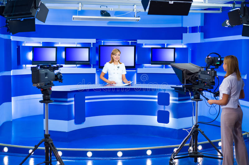 Televisienieuwslezer en teleoperator bij TV-studio royalty-vrije stock afbeelding