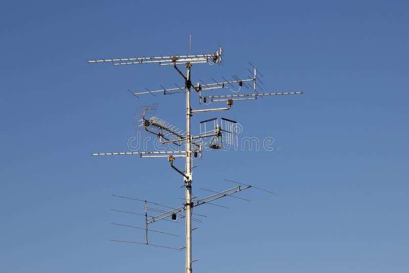 Televisiesantennes met blauwe hemelachtergrond stock foto's