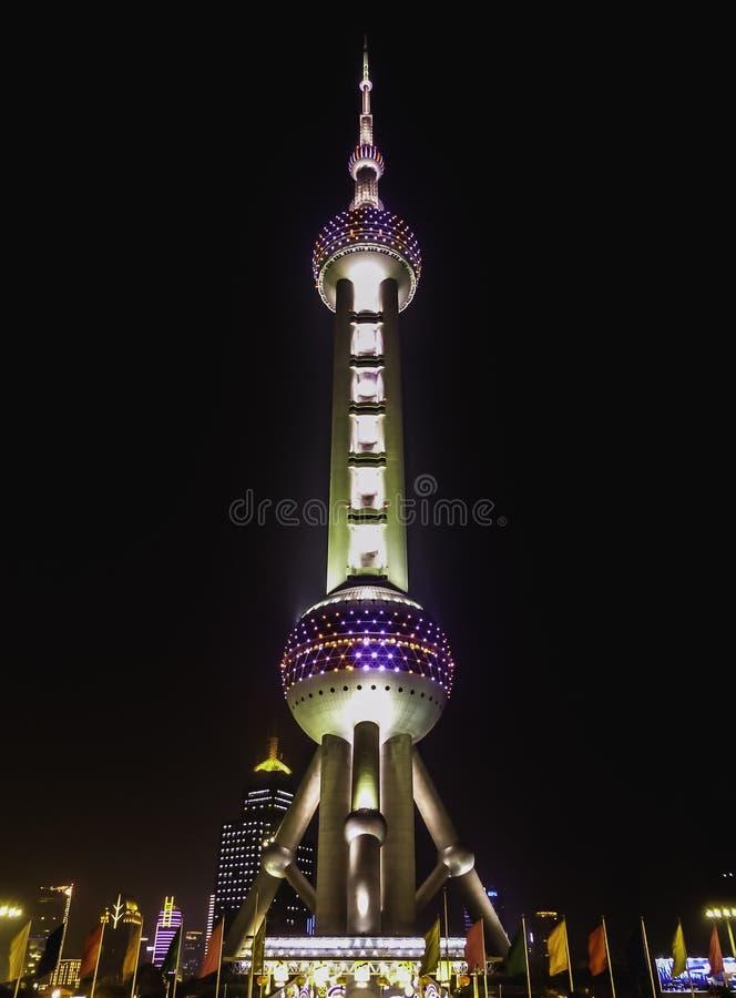Televisietoren in Shanghai bij nacht, verstralers stock foto's