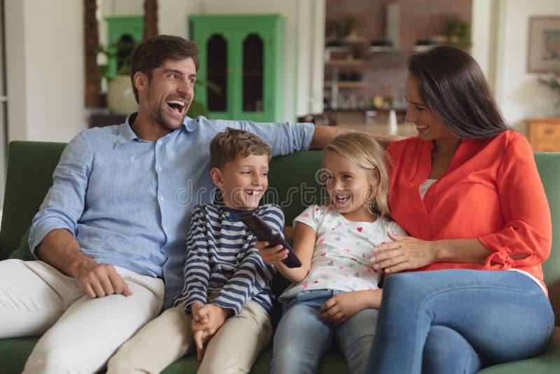 Televisione di sorveglianza della famiglia in salone a casa fotografie stock libere da diritti