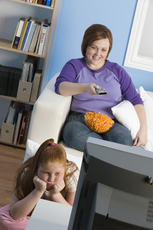 Televisione di sorveglianza della figlia e della madre fotografia stock libera da diritti