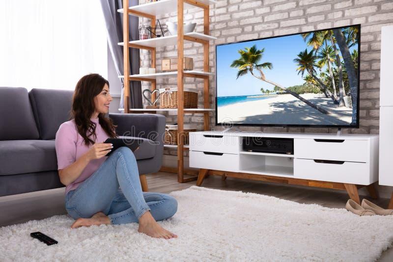 Televisione di sorveglianza della giovane donna felice fotografie stock libere da diritti