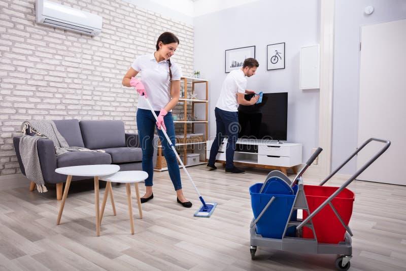 Televisione e pavimento di pulizia fotografie stock libere da diritti