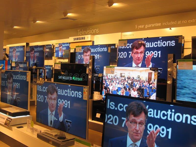 Televisiones en una tienda. imagenes de archivo