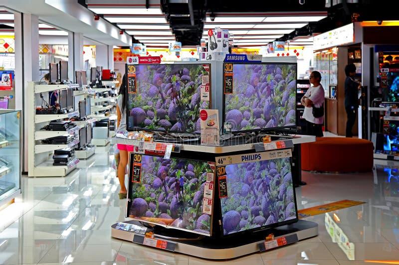 Televisioni dell'affissione a cristalli liquidi al deposito di elettronica fotografia stock libera da diritti