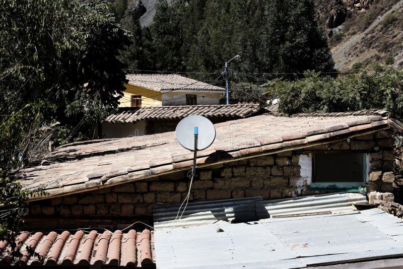 Televisionmaträtt på taket för röd tegelplatta Ollantaytambo Peru royaltyfri fotografi