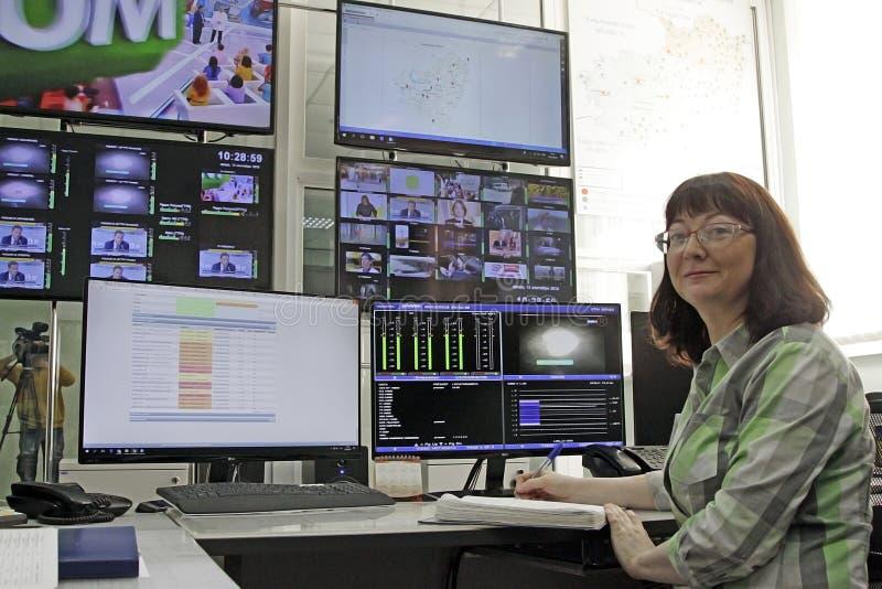 Televisionradioutsändningstudio i handling arkivbild