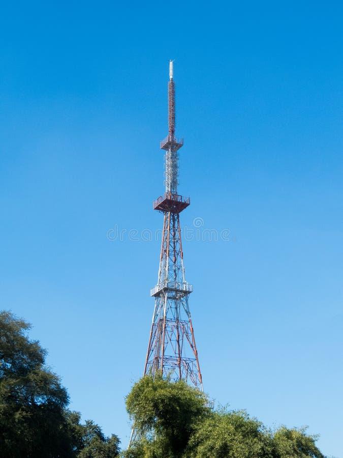 Televisiontornet i Indore, ser liknande till Eiffeltorn Paris royaltyfria bilder